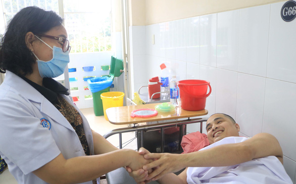 Hơn 25 lần phẫu thuật cứu sống bệnh nhân chảy máu di truyền - Ảnh 1.