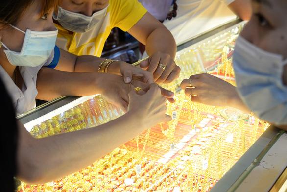 Giá vàng vượt thế giới hơn 7,5 triệu đồng/lượng, giá USD tự do lên gần 24.000 đồng/USD - Ảnh 1.