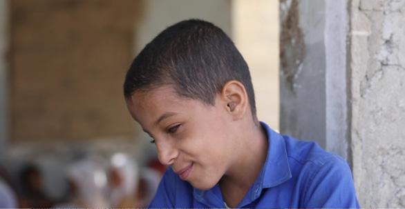Giữa chiến tranh loạn lạc, cậu bé mù 9 tuổi đứng lớp dạy học thay thầy cô - Ảnh 1.