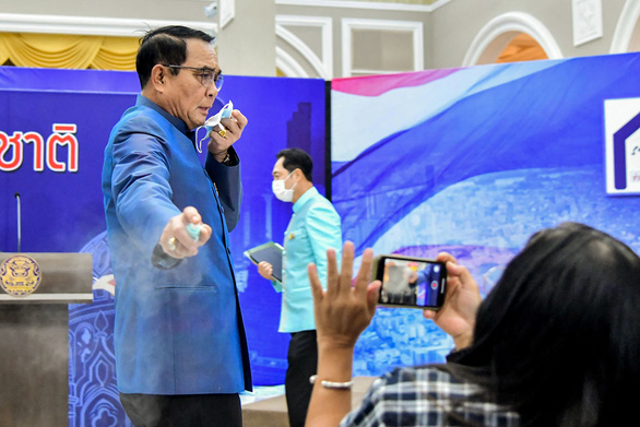Bị hỏi khó, thủ tướng Thái Lan xịt nước sát khuẩn vào phóng viên - Ảnh 2.