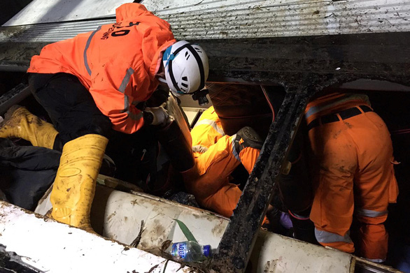 Xe buýt chở trẻ em lao xuống vực sâu ở Indonesia: 27 người chết, 39 sống sót - Ảnh 2.