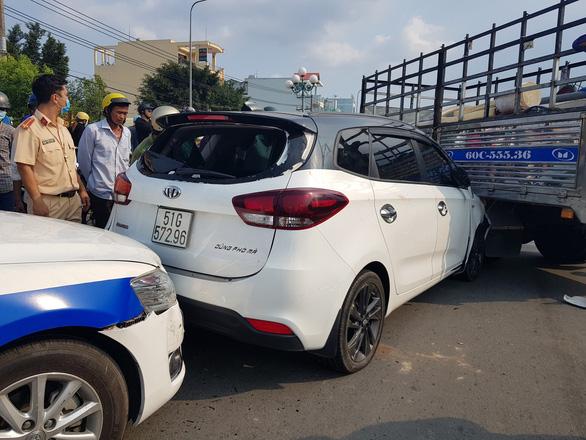 Thanh niên chạy ô tô loạn xạ trên đường rồi cầm dao cố thủ trong xe - Ảnh 2.