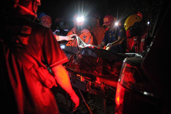 Xe buýt chở trẻ em lao xuống vực sâu ở Indonesia: 27 người chết, 39 sống sót - Ảnh 3.