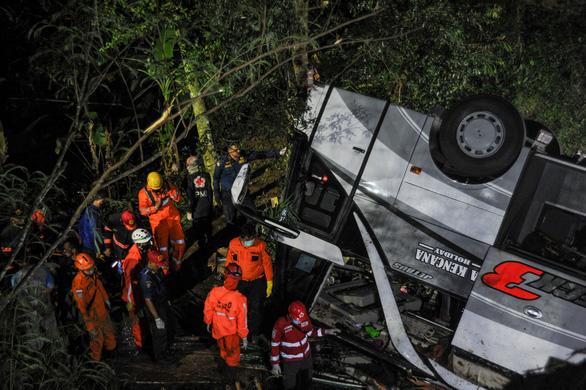 Xe buýt chở trẻ em lao xuống vực sâu ở Indonesia: 27 người chết, 39 sống sót - Ảnh 1.