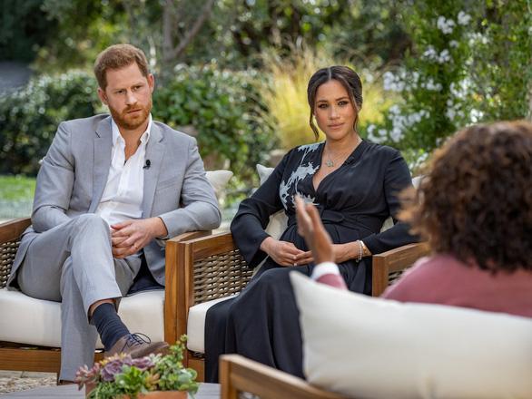 Hoàng gia Anh nói sẽ tự giải quyết lùm xùm vụ vợ chồng hoàng tử Harry trả lời phỏng vấn - Ảnh 2.