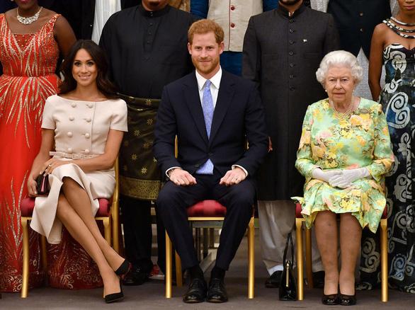 Hoàng gia Anh nói sẽ tự giải quyết lùm xùm vụ vợ chồng hoàng tử Harry trả lời phỏng vấn - Ảnh 1.