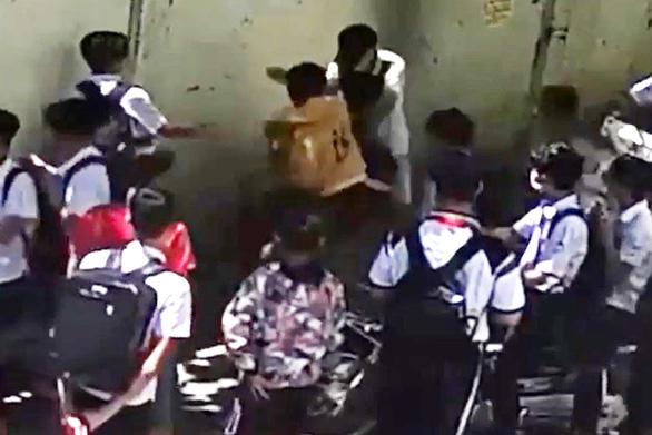 Học sinh lớp 8 bị đánh hội đồng ngay trước cổng trường, phải nhập viện cấp cứu - Ảnh 1.