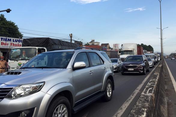 Tai nạn liên hoàn, 2 phụ nữ bị thương nặng, quốc lộ 51 ùn ứ kéo dài - Ảnh 2.