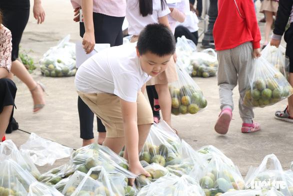 Cô trò Hà Tĩnh vừa giải cứu nông sản vừa 'Cùng Tuổi Trẻ góp vắc xin COVID-19' - Ảnh 3.