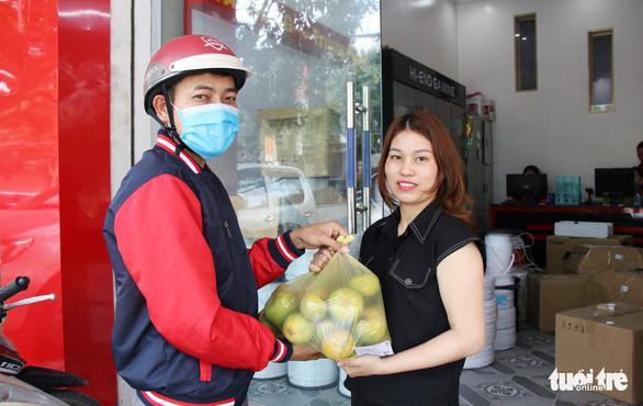 Cô trò Hà Tĩnh vừa giải cứu nông sản vừa 'Cùng Tuổi Trẻ góp vắc xin COVID-19' - Ảnh 2.
