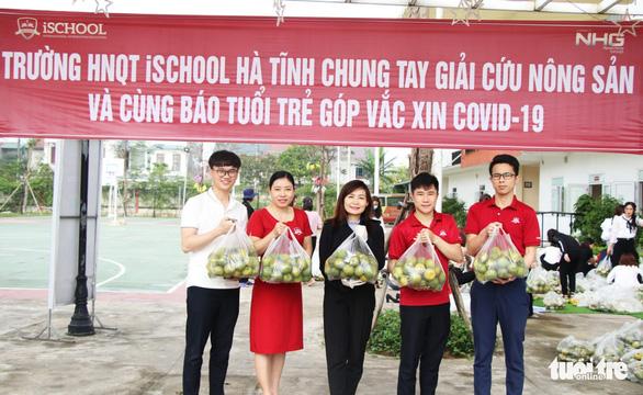 Cô trò Hà Tĩnh vừa giải cứu nông sản vừa 'Cùng Tuổi Trẻ góp vắc xin COVID-19' - Ảnh 1.