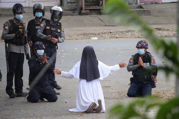 Nữ tu Myanmar quỳ xin cảnh sát hãy tha mạng cho người biểu tình, 2 cảnh sát quỳ theo - Ảnh 1.