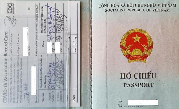 Công dân đầu tiên có hộ chiếu vắc xin về nước - Ảnh 2.