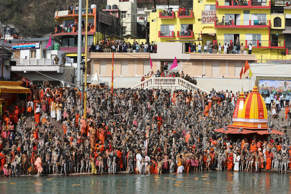 Hàng trăm ngàn người Ấn Độ hành hương về sông Hằng bất chấp COVID-19 - Ảnh 4.