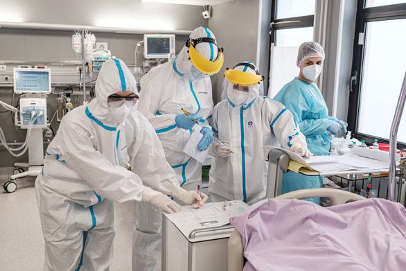 Thế giới đối diện khủng hoảng nhân lực y tế, 3.000 y tá chết vì COVID-19 - Ảnh 1.