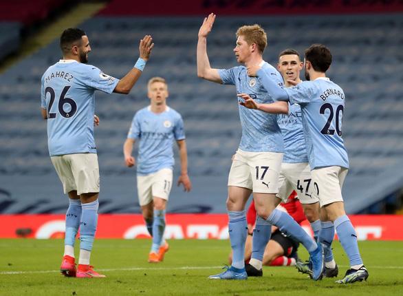 Vùi dập Southampton, Man City bỏ xa Man Utd 14 điểm - Ảnh 1.