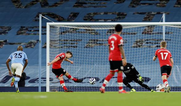 Vùi dập Southampton, Man City bỏ xa Man Utd 14 điểm - Ảnh 2.