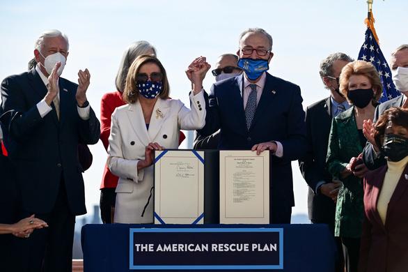 Người Mỹ hào hứng nhận tiền cứu trợ - Ảnh 1.