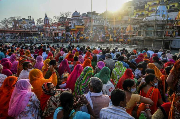 Hàng trăm ngàn người Ấn Độ hành hương về sông Hằng bất chấp COVID-19 - Ảnh 5.
