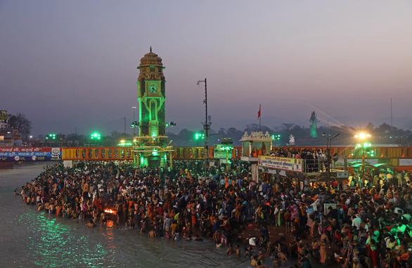 Hàng trăm ngàn người Ấn Độ hành hương về sông Hằng bất chấp COVID-19 - Ảnh 2.