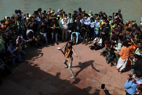 Hàng trăm ngàn người Ấn Độ hành hương về sông Hằng bất chấp COVID-19 - Ảnh 3.