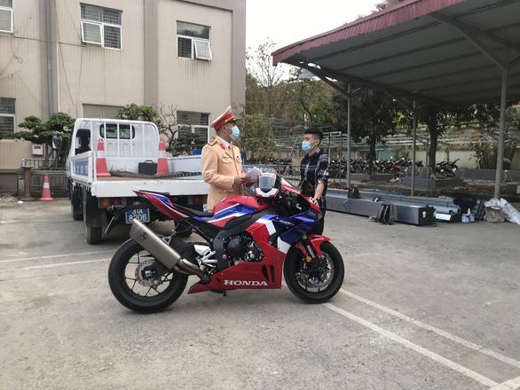 Tài xế phóng mô tô 299km/h trên đại lộ Thăng Long bị phạt 10,5 triệu - Ảnh 1.