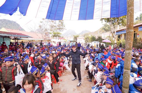 NS Hoài Linh cùng Hảo Hảo trao yêu thương đến trẻ nghèo Điện Biên - Ảnh 3.
