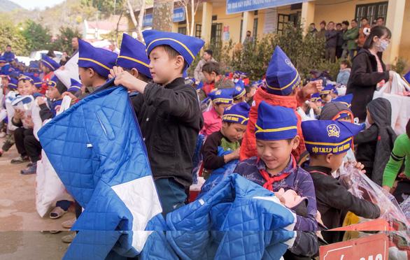 NS Hoài Linh cùng Hảo Hảo trao yêu thương đến trẻ nghèo Điện Biên - Ảnh 2.