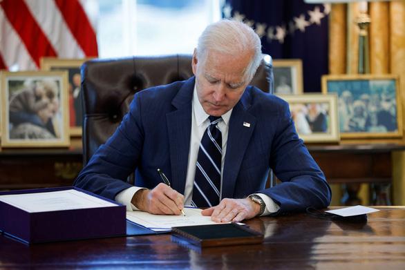 Tổng thống Biden ký ban hành gói cứu trợ kinh tế 1.900 tỉ USD - Ảnh 1.