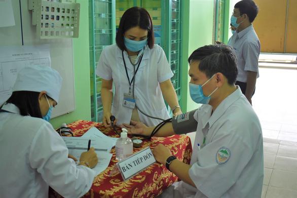 Khánh Hòa tiêm vắc xin COVID-19 cho nhân viên tuyến đầu chống dịch - Ảnh 2.