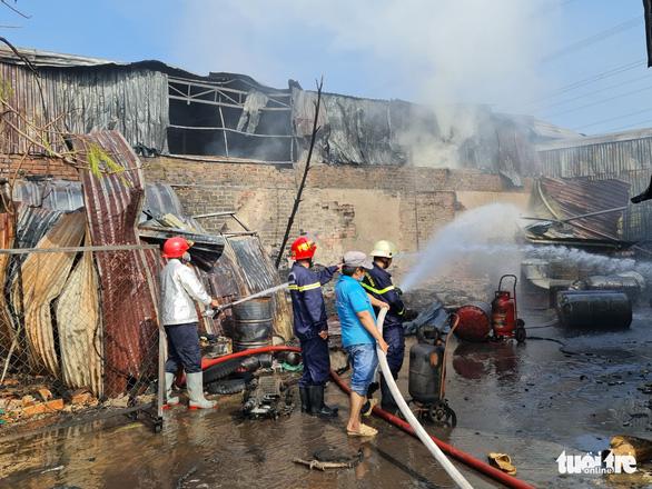 Cháy lớn kho xưởng lan sang dãy trọ, nhiều tài sản bị thiêu rụi - Ảnh 2.