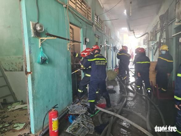 Cháy lớn kho xưởng lan sang dãy trọ, nhiều tài sản bị thiêu rụi - Ảnh 3.