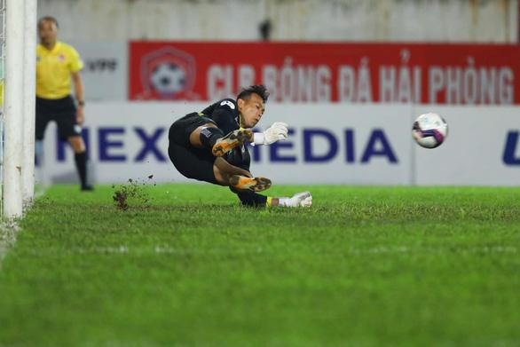 HLV Hà Nội FC khen ngợi pha cản phá như ghi bàn thắng của Tấn Trường - Ảnh 1.