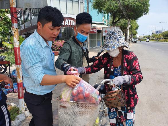 Tui bán bánh ướt lời được 5 chục, tui dành ra 2 chục mua rau củ của Hải Dương - Ảnh 5.