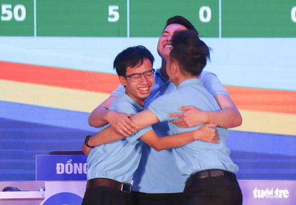 3 chàng trai trẻ đoạt quán quân cuộc thi tìm hiểu 90 năm của Đoàn - Ảnh 1.