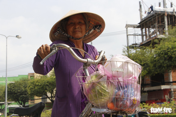 Tui bán bánh ướt lời được 5 chục, tui dành ra 2 chục mua rau củ của Hải Dương - Ảnh 1.