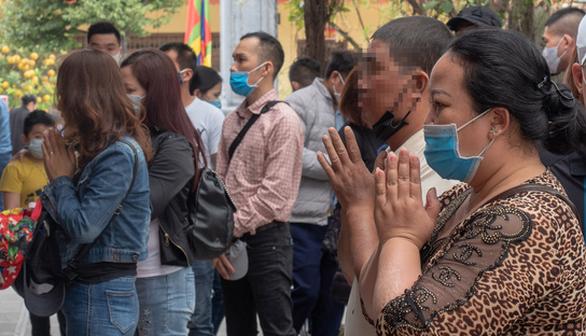 Khách thập phương ùn ùn kéo đến chùa Hương, phớt lờ quy định phòng dịch - Ảnh 2.