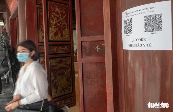 Khách thập phương ùn ùn kéo đến chùa Hương, phớt lờ quy định phòng dịch - Ảnh 8.
