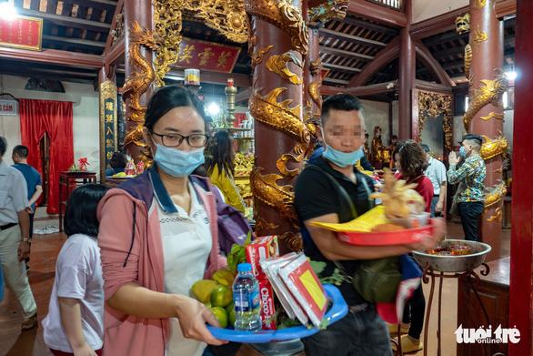 Khách thập phương ùn ùn kéo đến chùa Hương, phớt lờ quy định phòng dịch - Ảnh 9.