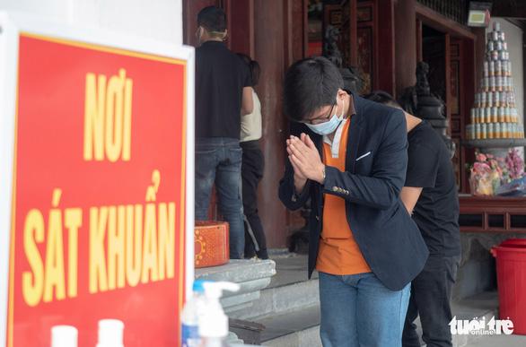 Khách thập phương ùn ùn kéo đến chùa Hương, phớt lờ quy định phòng dịch - Ảnh 3.