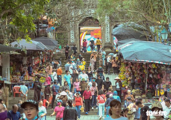 Khách thập phương ùn ùn kéo đến chùa Hương, phớt lờ quy định phòng dịch - Ảnh 1.