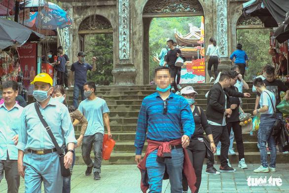 Khách thập phương ùn ùn kéo đến chùa Hương, phớt lờ quy định phòng dịch - Ảnh 4.