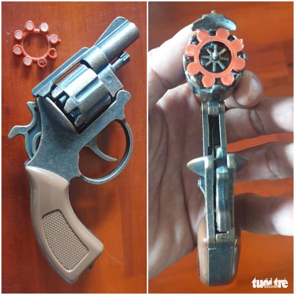 Mâu thuẫn, nhóm thanh niên mang chĩa, rựa, súng... đập phá nhà đối thủ - Ảnh 2.