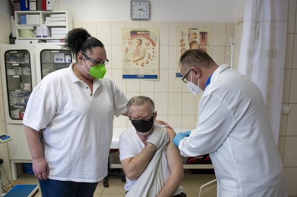 Bí ẩn gì khi Hungary mua vắc xin COVID-19 của Trung Quốc với giá 'khủng'? - Ảnh 1.