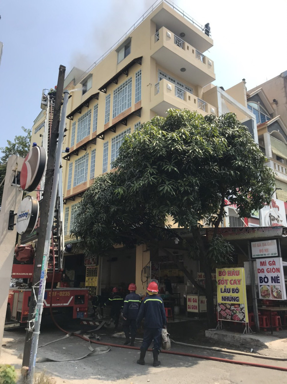 Hàn xì gây cháy nhà 4 tầng khiến hai người mắc kẹt - Ảnh 1.
