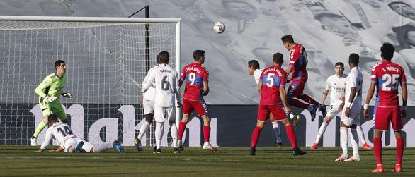 Benzema lập cú đúp giúp Real Madrid lội ngược dòng ngoạn mục - Ảnh 2.
