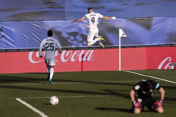 Benzema lập cú đúp giúp Real Madrid lội ngược dòng ngoạn mục - Ảnh 3.