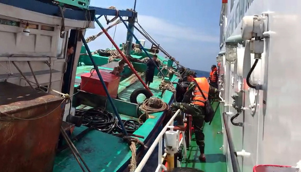 Truy đuổi 40 phút trên biển, nổ súng bắt tàu chở 3.000 lít dầu lậu - Ảnh 2.