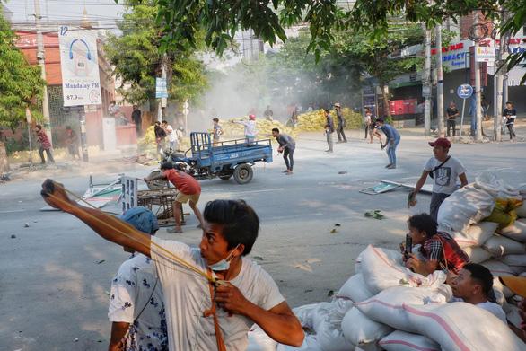 Ít nhất 14 người biểu tình thiệt mạng ở Myanmar, Trung Quốc kêu gọi ngừng bạo lực - Ảnh 1.