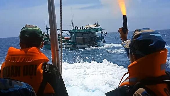 Truy đuổi 40 phút trên biển, nổ súng bắt tàu chở 3.000 lít dầu lậu - Ảnh 1.